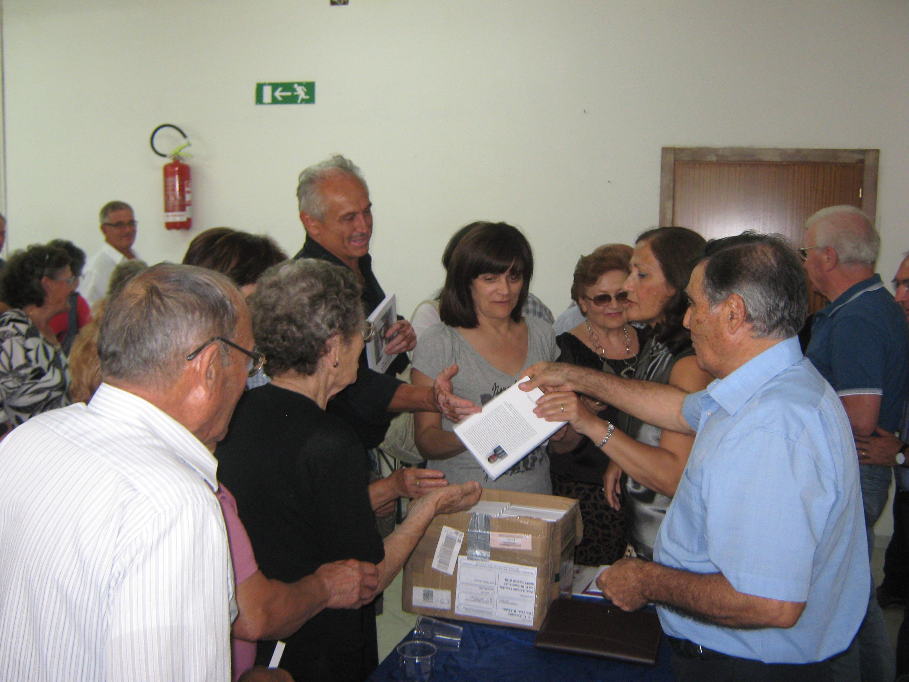 Distribuzione del libro ai presenti