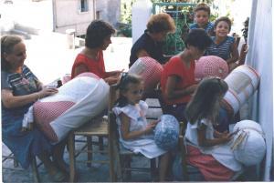 Scuola di tombolo a Tavenna anni '70